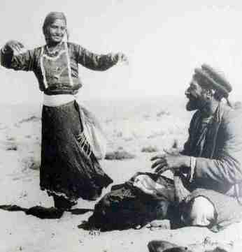 Gitana danzando en el desierto