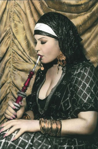 Fifi fumando en Shisha